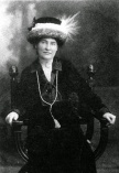 willa_cather_ca-_1912_wearing_necklace_from_sarah_orne_jewett